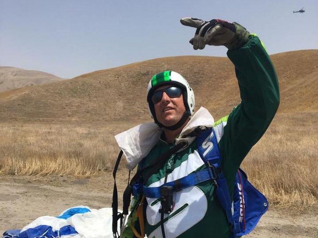 Ini Orang Pertama di Bumi yang Berhasil Terjun dari Udara Tanpa Parasut