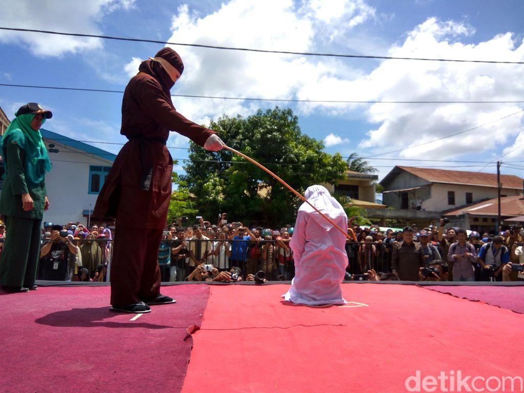 Kasus Mesum, Wanita Muda Pingsan setelah Dihukum Cambuk di Banda Aceh