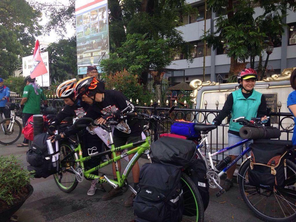 Tapak Tilas Kemerdekaan, Empat Orang ini Bersepeda Jelajah Bandung-Lombok