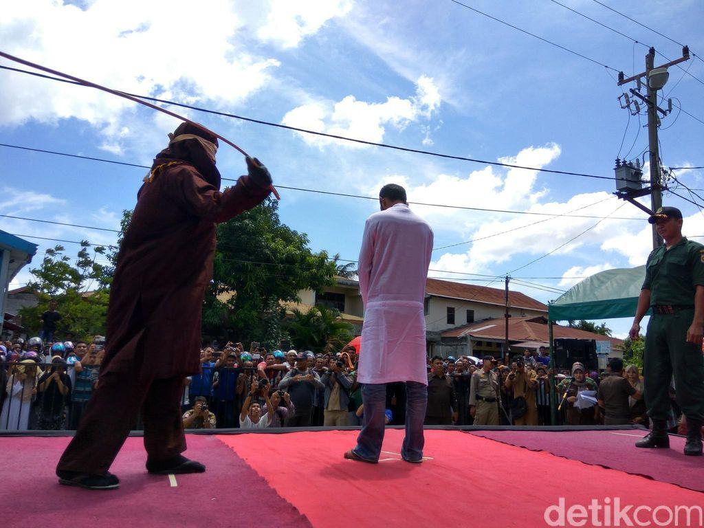 3 Pasangan Tak Sah Dicambuk di Banda Aceh karena Tepergok Bermesraan