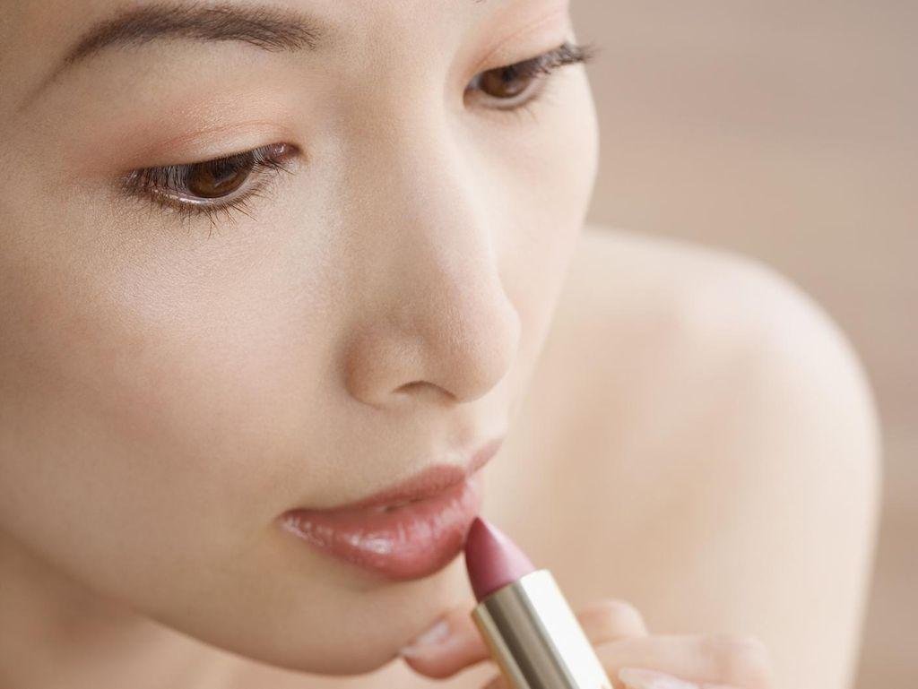 Gara-gara Lipstik Palsu, Bibir Wanita Ini Bengkak