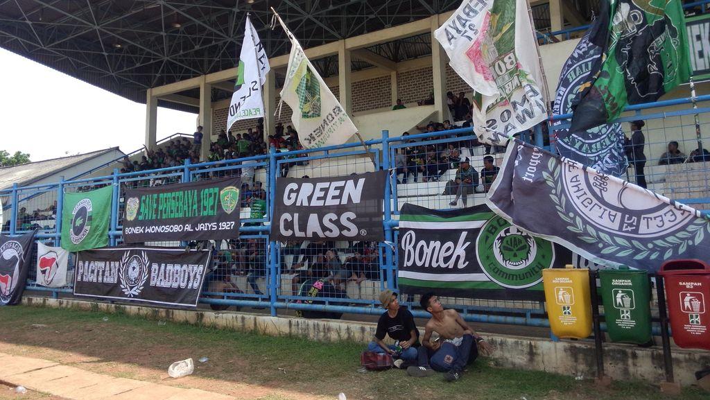 Ribuan Bonek Tunggu Menpora di Stadion Tugu di Koja
