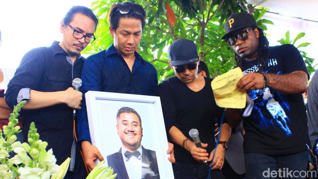 Kesedihan Para Sahabat di Pemakaman Mike Mohede