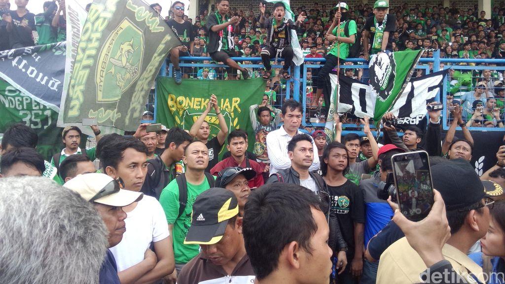 Kericuhan Kecil Sempat Terjadi Saat Bonek Tunggu Menpora di Stadion Tugu