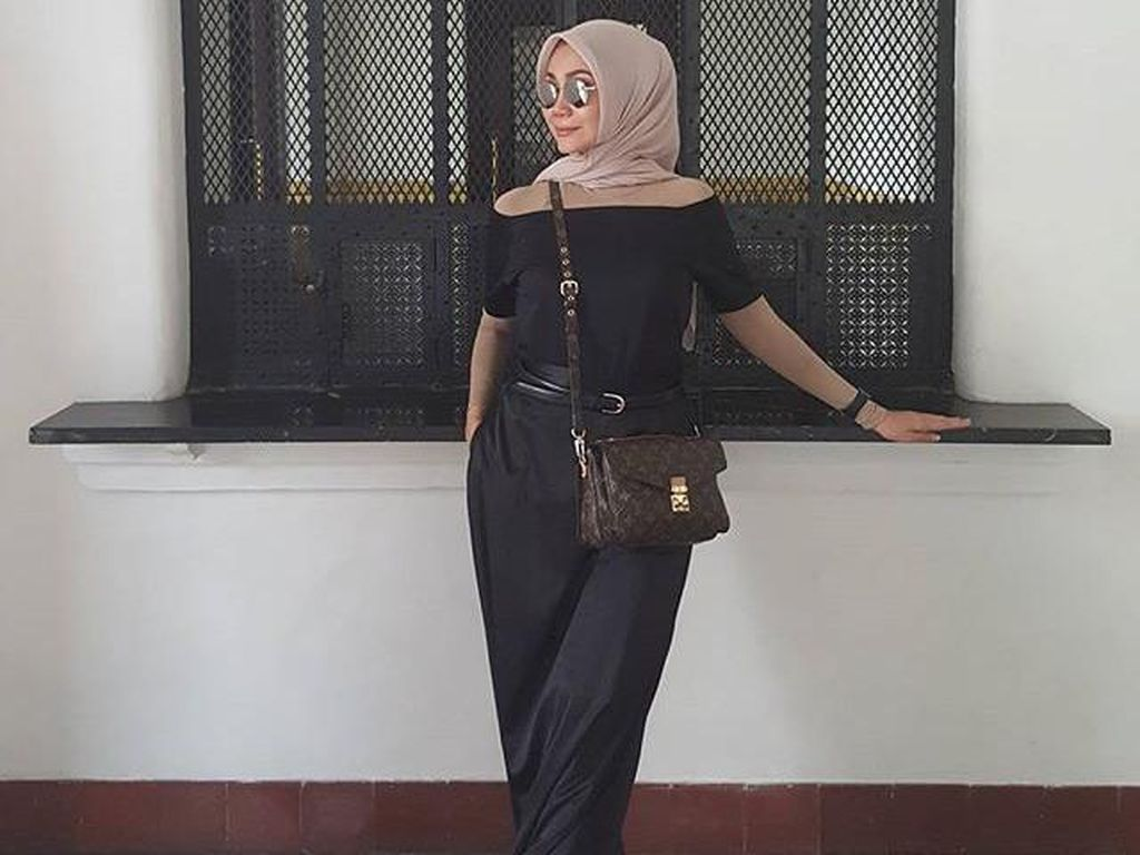 Foto: Inspirasi Padu Padan Busana Off Shoulder dari Selebriti Berhijab