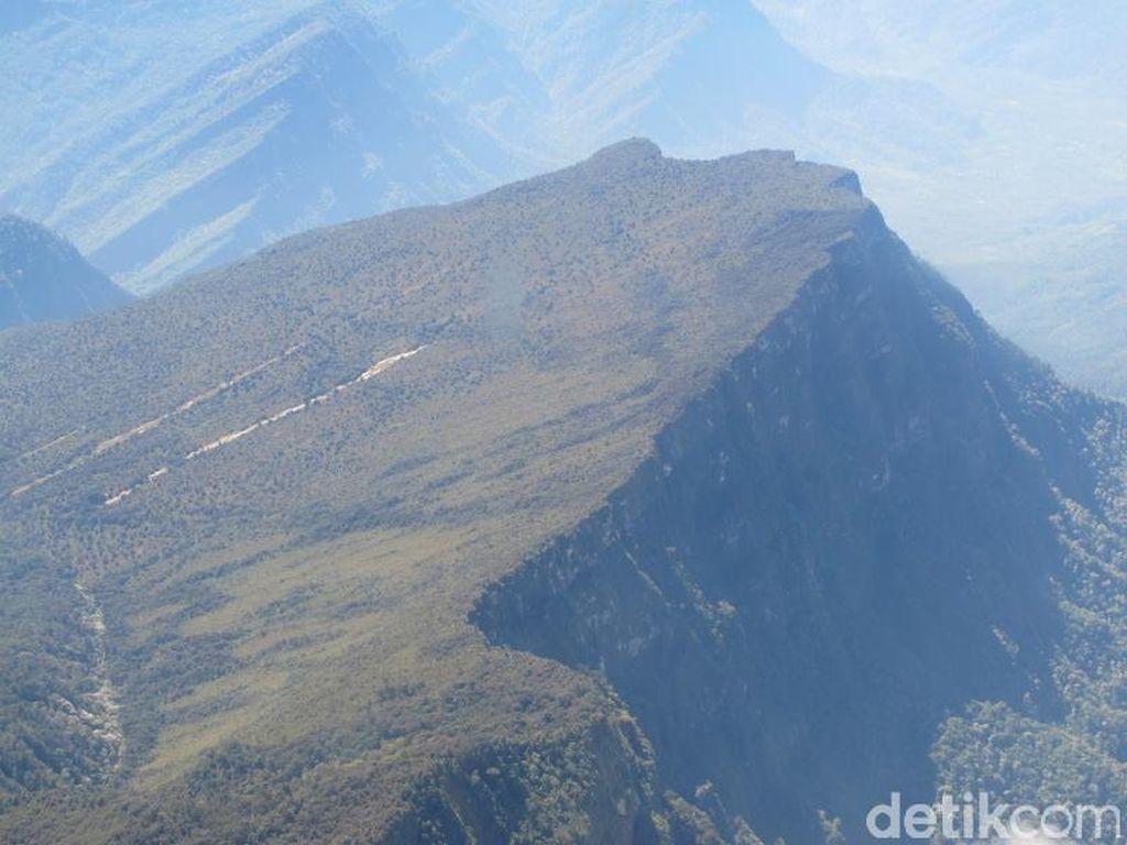 11 Gunung Tertinggi di Indonesia Ada di Papua hingga NTB