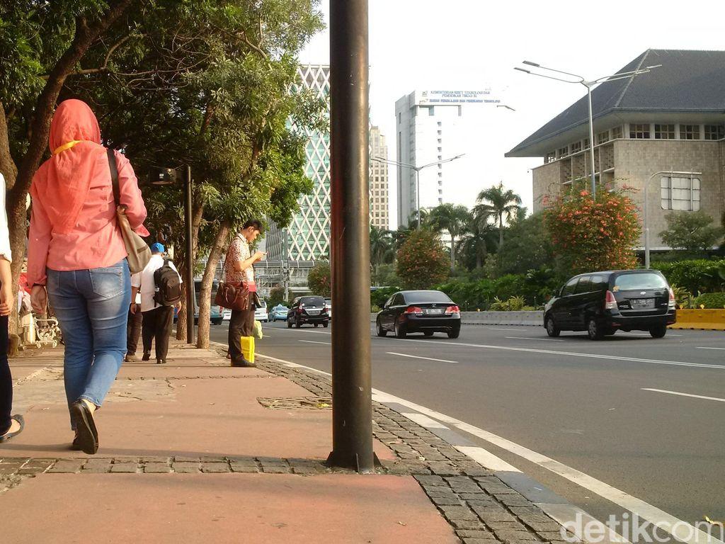 Lenggang Kangkung di Jalur Pedestrian Jakarta