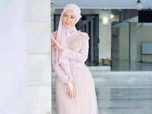 Video: Mengintip Isi Tas Model Hijab Lulu Elhasbu