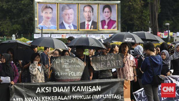 Sejumlah aktivis melakukan aksi 'Kamisan' di depan Istana Merdeka, Jakarta, Kamis, 4 Agustus 2016. Pada aksi yang ke-453 tersebut korban dan keluarga korban pelanggaran HAM menuntut penyelesaian kasus-kasus HAM, menolak diangkatnya Wiranto sebagai Menkopolhukam dan mendukung kesaksian Haris Azhar. CNN Indonesia/Adhi Wicaksono.