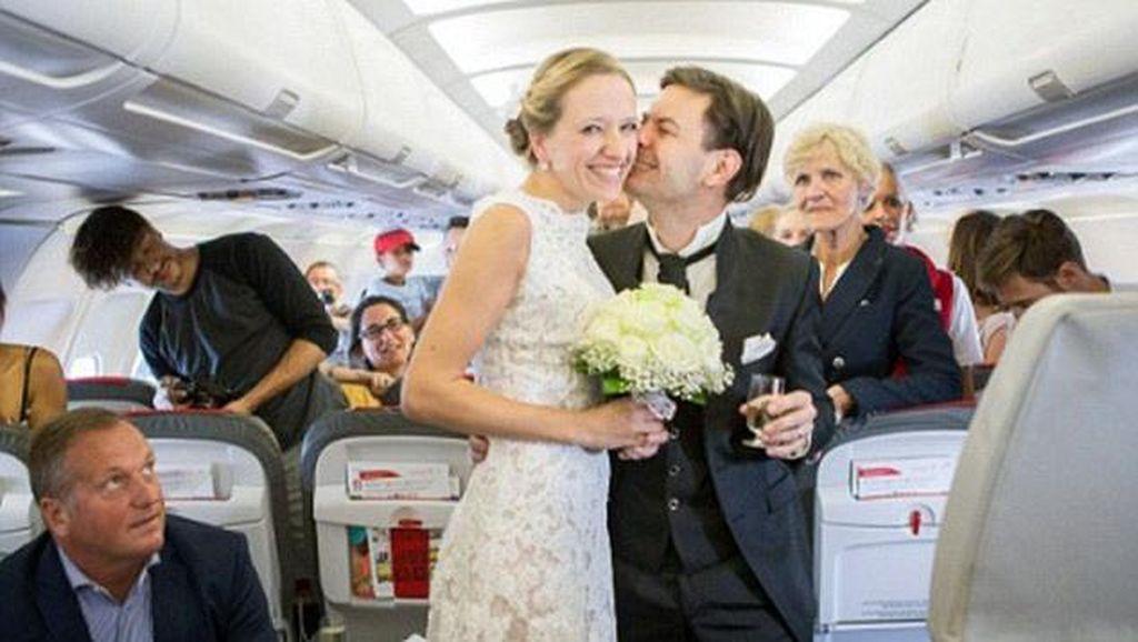 Wanita Ini Dikejutkan Karena Dilamar dan Dinikahi Kekasih Dalam Pesawat