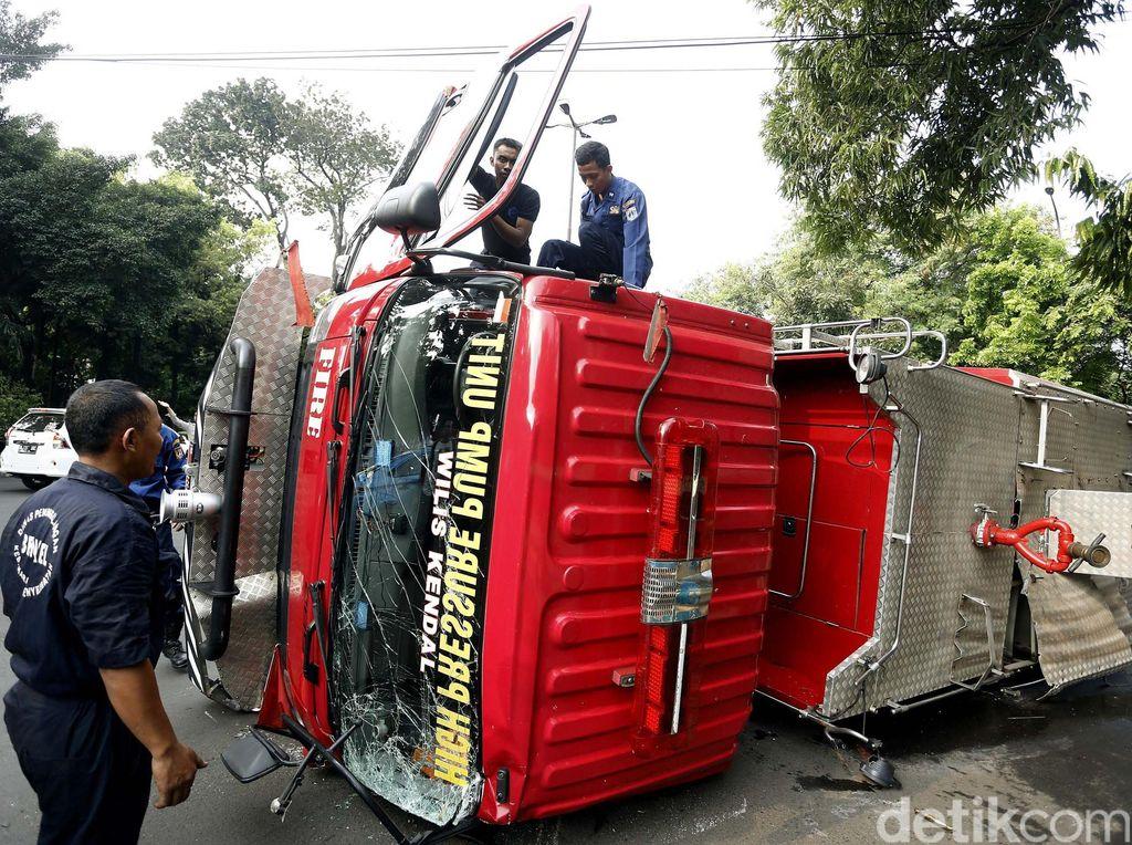 Dievakuasi, Mobil Pemadam Terguling di Kebayoran Baru karena Hindari Sedan