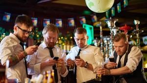 Larang Pengunjung Pakai Ponsel, Bar Ini Pasang Pengacak Sinyal