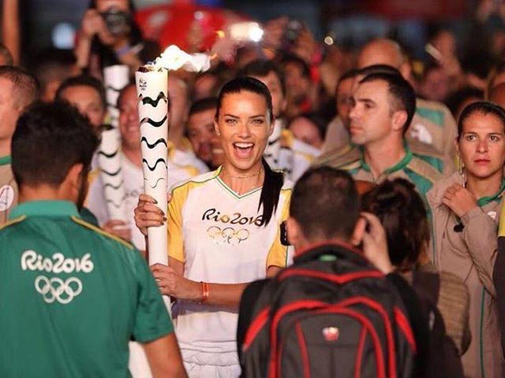 Adriana Lima Terharu Bisa Bawa Obor Olimpiade 2016