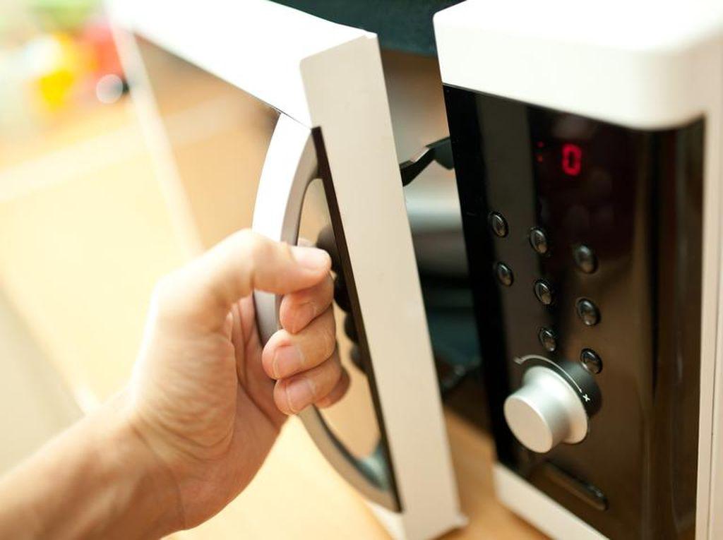 Takut Tertular Corona, Wanita Ini Disinfeksi Uangnya Dalam Microwave