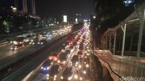 YLKI Terima Aduan Soal Sopir Taksi Online: Nyetir Sambil Main HP Hingga Bebauan