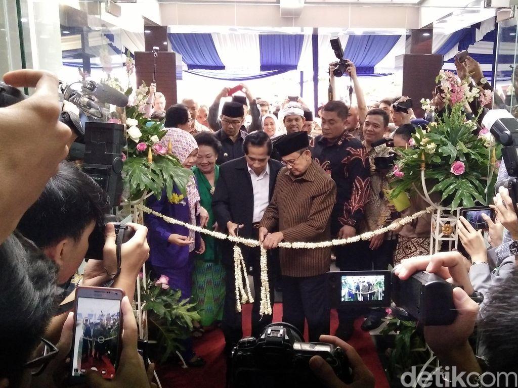 Saat Habibie Promosi Pakaian Lurik dalam Peresmian RS Ginjal di Bandung