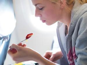 Makanan yang Perlu Dihindari Saat Penerbangan Panjang Agar Perut Tak Kembung