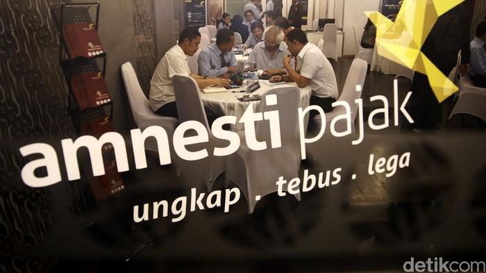 Perusahan sekuritas yang ditunjuk menampung dana repatriasi tax amnesty membuka gerai di BEI, Jakarta. Gerai-gerai itu mengkampanyekan program Yuk Tanya Amnesty Pajak.