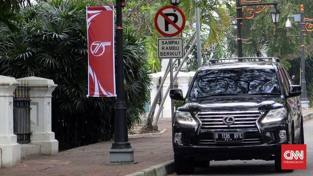 Mobil dinas Kepala Badan Intelijen Negara Sutiyoso terparkir di Wisma Negara, tempat yang biasa digunakan tamu presiden saat tak ingin bertemu media. (CNN Indonesia/Christie Stefanie)