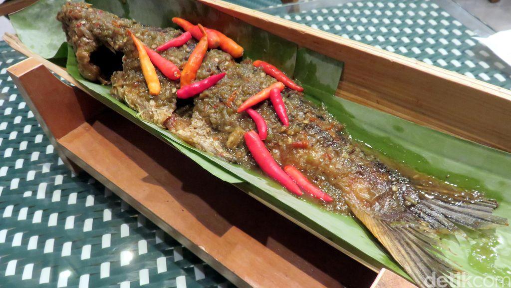 Enaknya Ikan Patin Bakar Bambu yang Pedas Berbumbu Aromatik