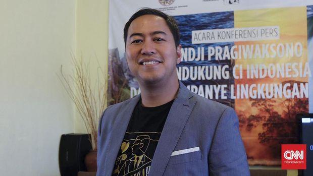 Pandji Pragiwaksono saat konferensi pers perihal dukungannya pada gerakan konservasi alam di Restoran Puang Oca, Jakarta, Selasa (13/8). (CNN Indonesia/Agniya Khoiri)