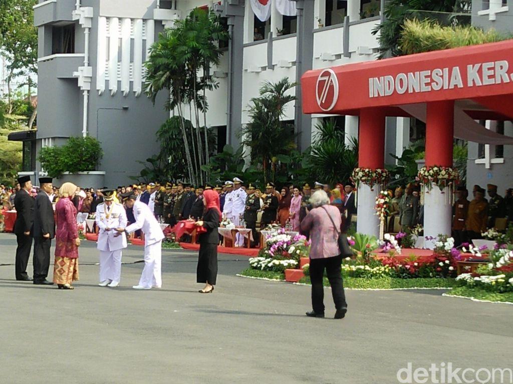 Cerita di Balik Sepatu Risma Saat Upacara Kemerdekaan di Balai Kota Surabaya