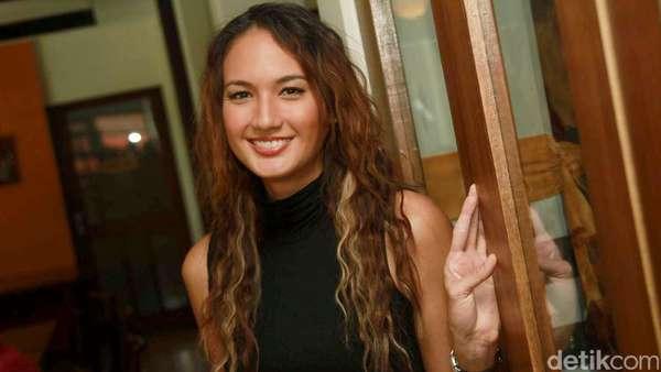 Nadine Chandrawinata Tampil Natural dengan Rambut Keriting