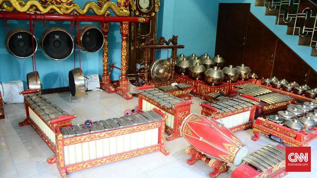 Satu set gamelan salendro pelok yang hasil produksi Palu Gongso. Dalam musik biasa kata salendro pelok berarti mayor dan minor. Kata salendro berarti mayor dan pelok berarti minor. Gamelan