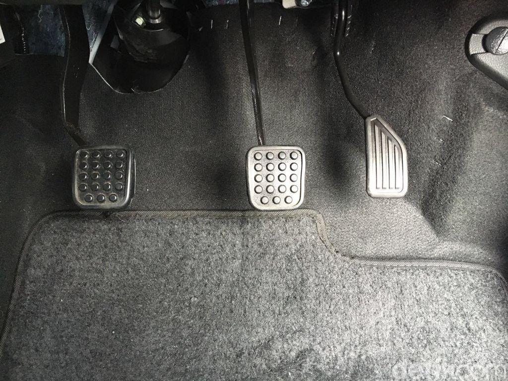 Cara Menyetir Mobil Manual, Nggak Sesulit yang Dibayangkan Kok!
