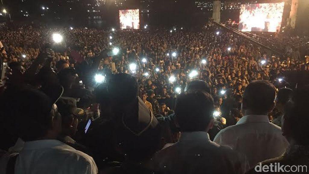 Puluhan Ribu Orang Sambut Kehadiran Jokowi di Karnaval Danau Toba