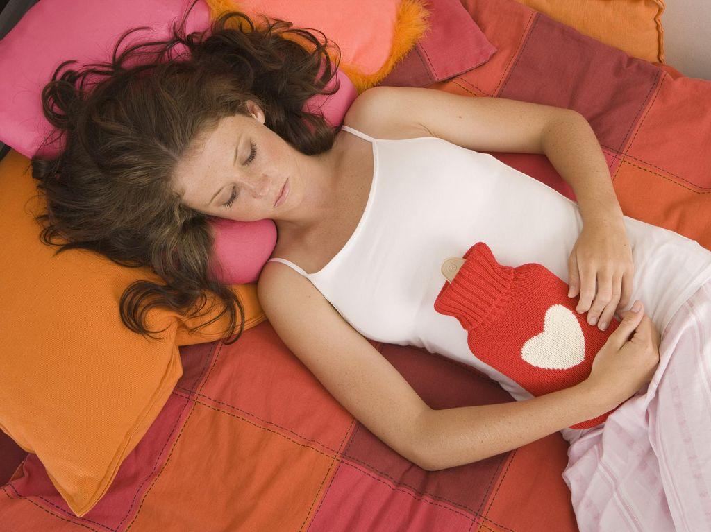 4 Langkah Mudah Menghilangkan Noda Darah Menstruasi di Kasur