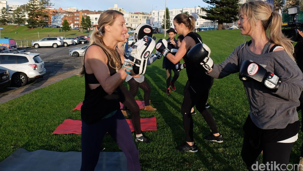 Berolahraga Boxilates Sambil Menikmati Udara Pagi di Bondi Beach Sydney