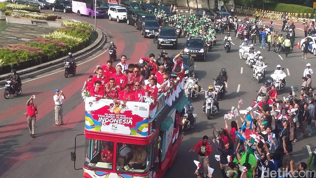 Begini Penampakan Arak-arakan Rombongan Olimpiade saat Lewati Bundaran HI