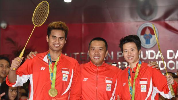 Menpora bersama Tontowi Ahmad/Liliyana Natsir usai merebut medali emas Olimpiade 2016.