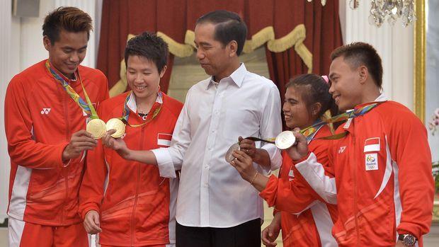 Presiden Joko Widodo (tengah) berdialog dengan peraih medali Olimpiade Rio 2016 Tontowi Ahmad (dari kiri-kanan), Liliyana Natsir, Sri Wahyuni, dan Eko Yuli Irawan di Istana Merdeka, Jakarta, Rabu (24/8). Presiden mengapresiasi perolehan medali satu emas dan dua perak dari cabang bulu tangkis dan angkat besi dalam Olimpiade Rio 2016 Brasil, serta berpesan agar Kemenpora meningkatkan prestasi terutama untuk cabang olahraga yang berpotensi memperoleh medali dalam kejuaraan internasional. ANTARA FOTO/Yudhi Mahatma/foc/16.