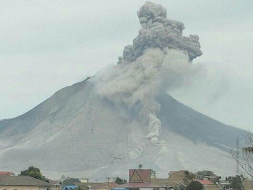 Gunung Sinabung Terus Erupsi, Luncurkan 8 Kali Awan Panas