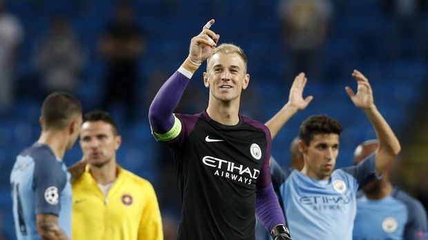 Football Soccer Britain - Manchester City v Steaua Bucharest - UEFA Champions League Qualifying Play-Off Second Leg - Etihad Stadium, Manchester, England - 24/8/16Manchester City's Joe Hart points to fans as he celebrates at the end of the matchAction Images via Reuters / Carl RecineLivepicEDITORIAL USE ONLY.
