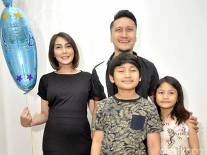 Arie Untung Mulai Pelupa, Bikin Fenita Arie <i>Nggak</i> Kuat
