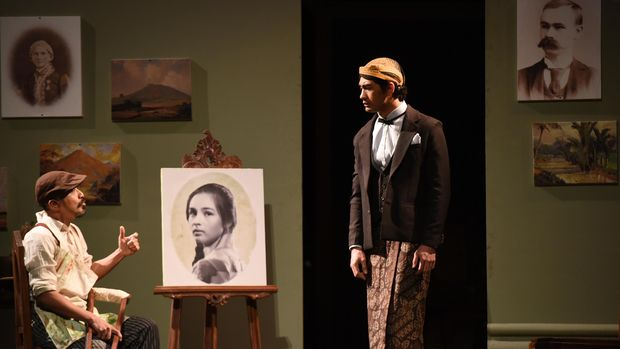 Reza Rahadian menjadi Minke dan Lukman Sardi sebagai Jean Marais saat main teater 'Bunga Penutup Abad.'