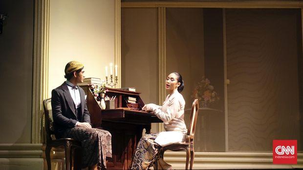 Dalam teater 'Bunga Penutup Abad,' Nyai Ontosoroh dimainkan Happy Salma.