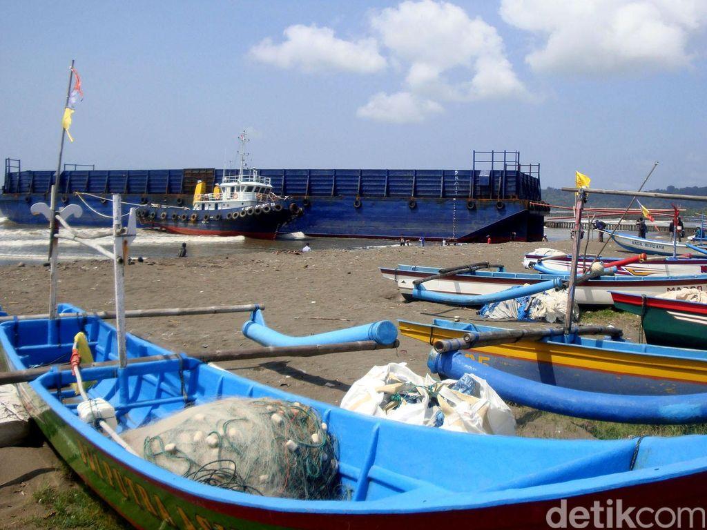 Terseret Ombak, Eks Kapal Pengangkut Aspal Terdampar di Cilacap