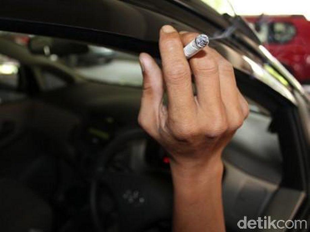 Malaysia Wacanakan Larangan Merokok sambil Berkendara