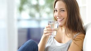Setelah Bangun Tidur, Sebaiknya Minum Air Hangat atau Dingin?
