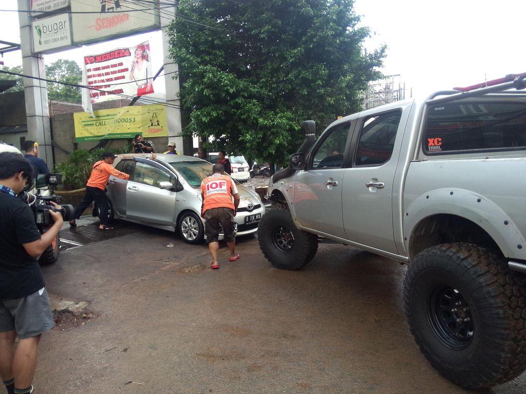 Mobil yang Terendam di Basement Kemang Square Dievakuasi, Ini Penampakannya
