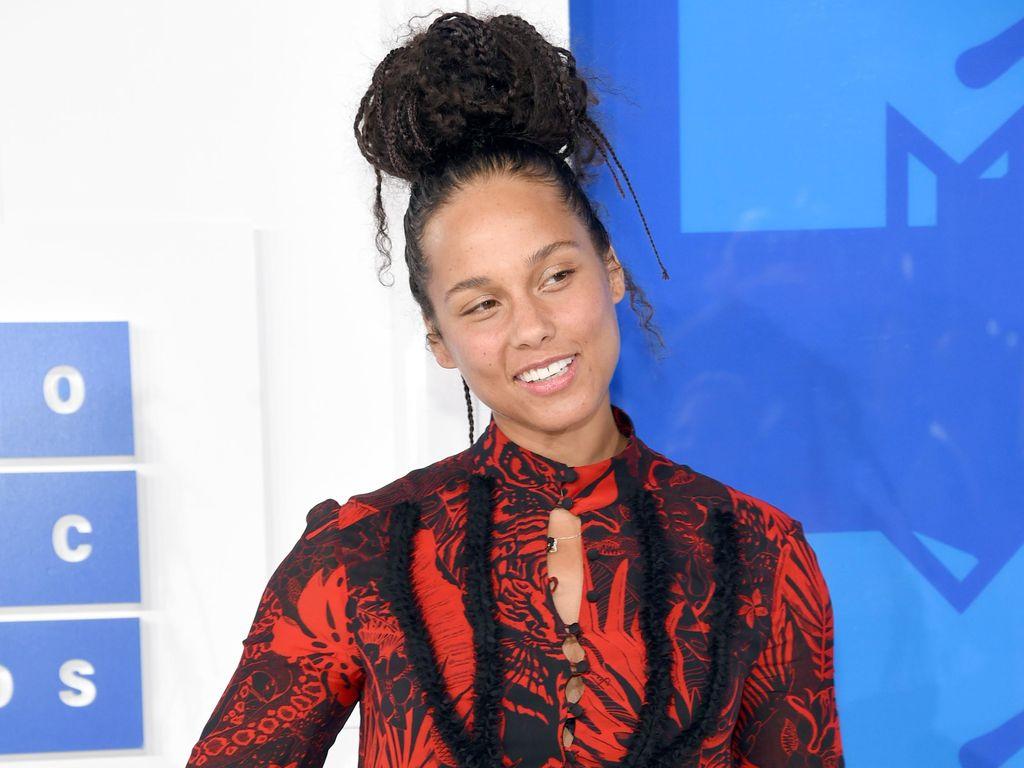 Alicia Keys, Gwen Stefani dan Adam Lavine Nyanyikan Waterfalls Milik TLC