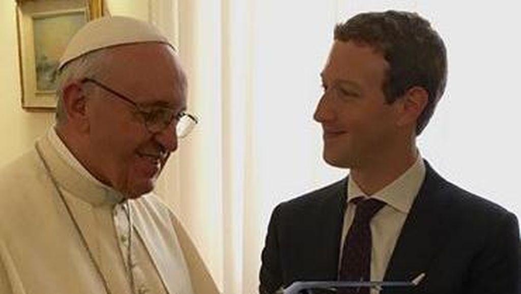 Bos Facebook Beri Drone Internet pada Paus Francis