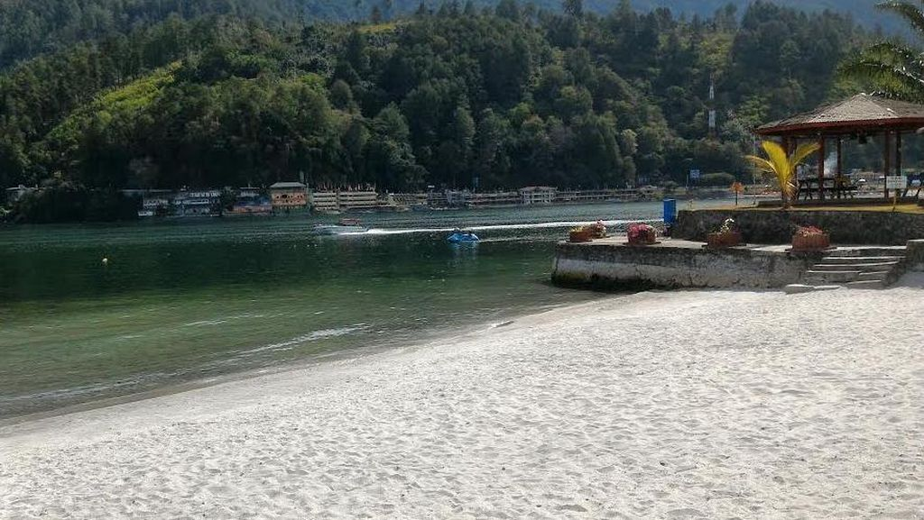 Penampakan Pantai di Danau Toba