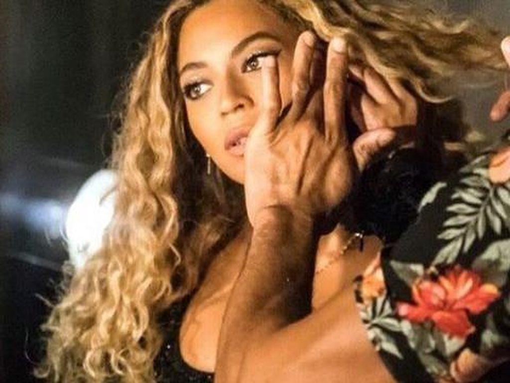 Cara Membentuk Alis ala Beyonce: Pakai Lem Stik