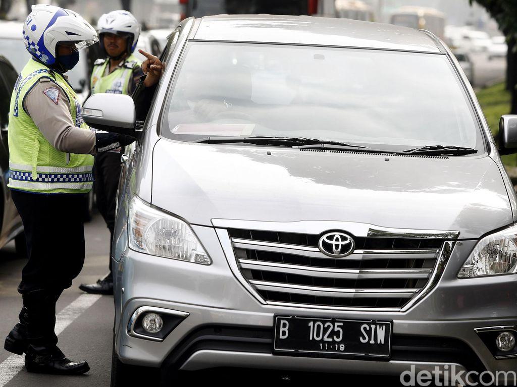 Mobil Berpelat Ganjil Ditilang di Bundaran Senayan