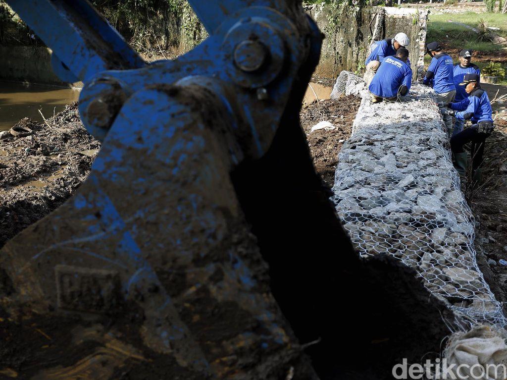 Lumpur Kali Krukut Dikeruk Pasca Banjir Kemang